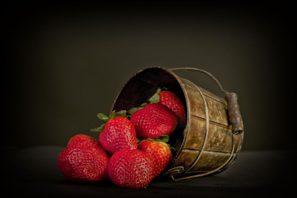 Frische Erdbeeren in einem Kübel