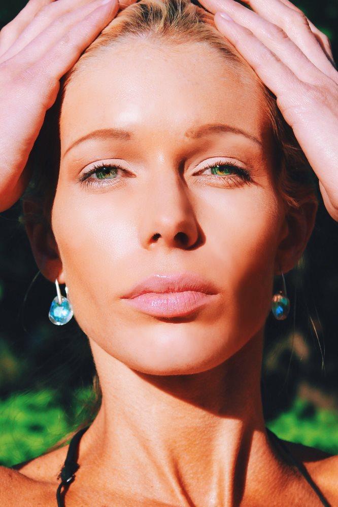 Gesicht einer Frau in der Sonne