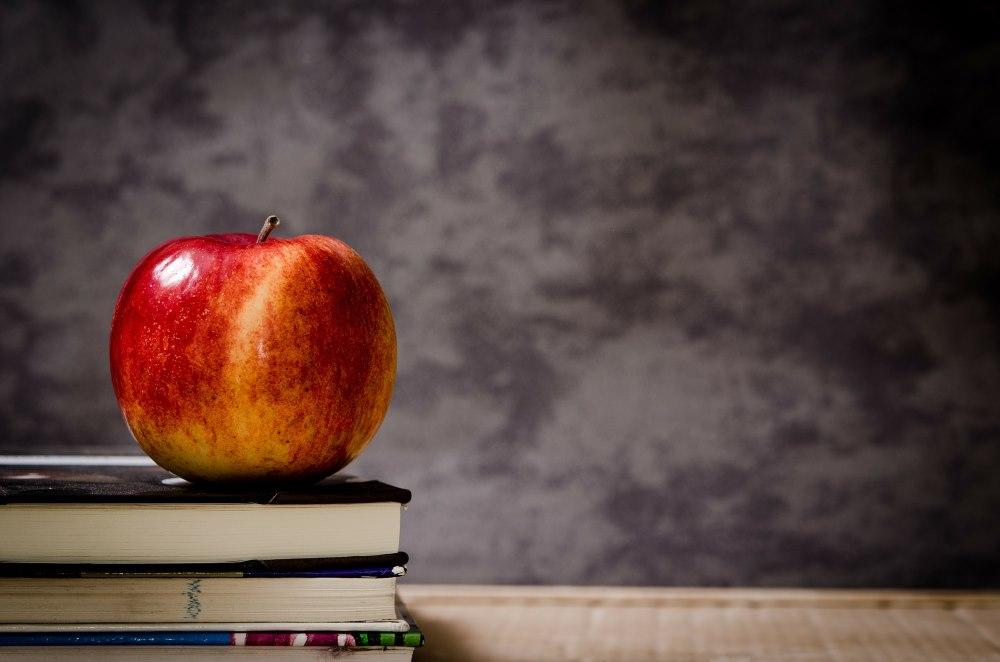 Apfel auf Bücher in der Schule