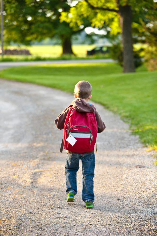 Schulkind mit Schultasche