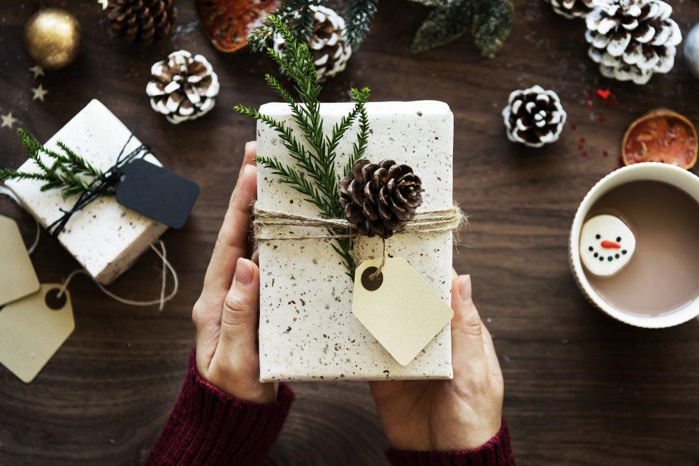 Geschenk in Händen zu Weihnachten