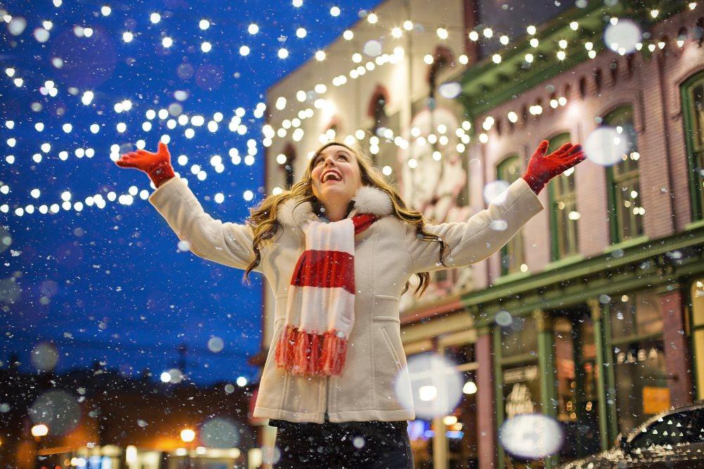 Frau am Adventmarkt im Weihnachtsstress