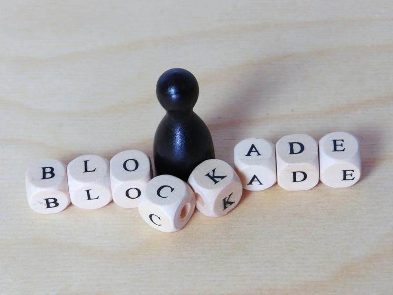 Blockade Spielfigur und Würfel