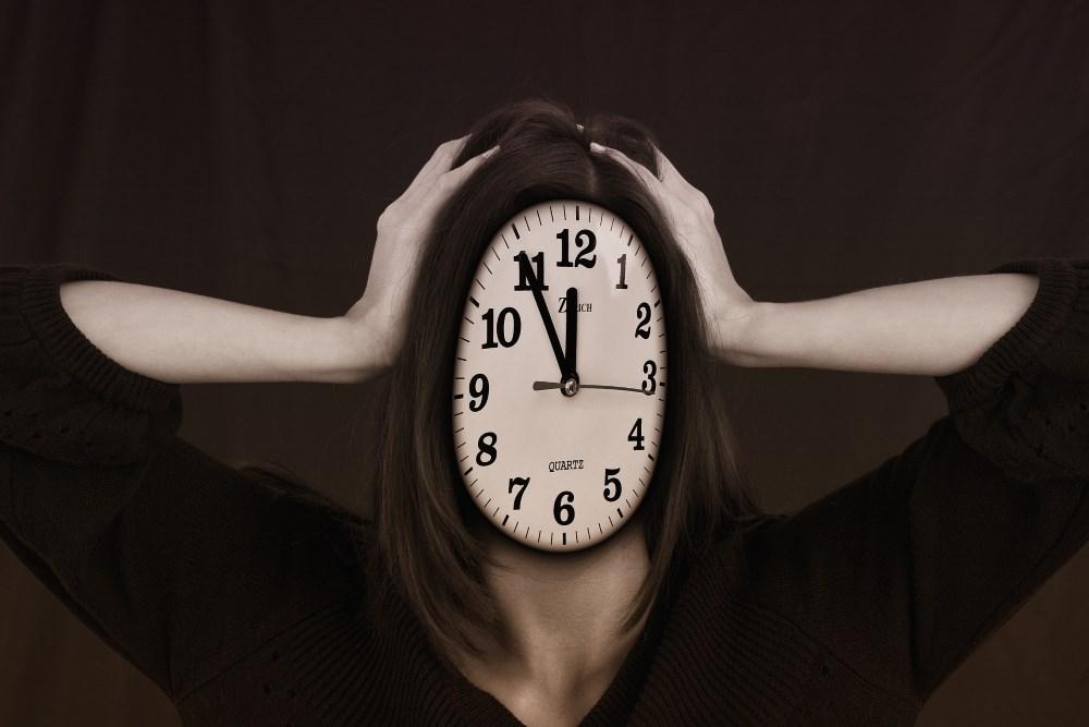 Gestresste Frau mit Uhr statt Gesicht