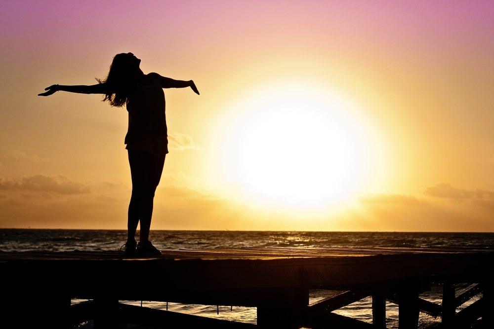 Frau in der Sommer Sonne